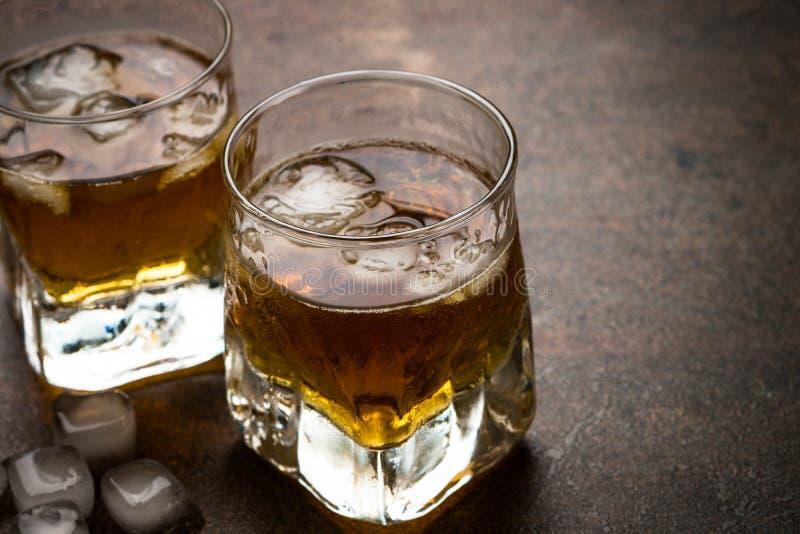 Виски с льдом в стеклах стоковое фото