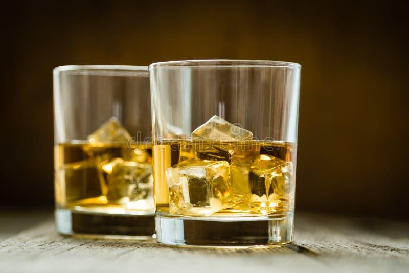 Виски с льдом в стеклах стоковая фотография rf