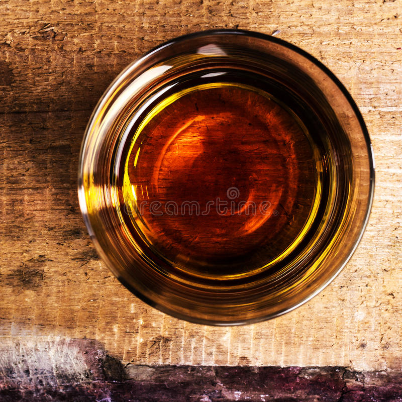Виски шотландский на деревянной предпосылке с copyspace. Старая и стоковое фото