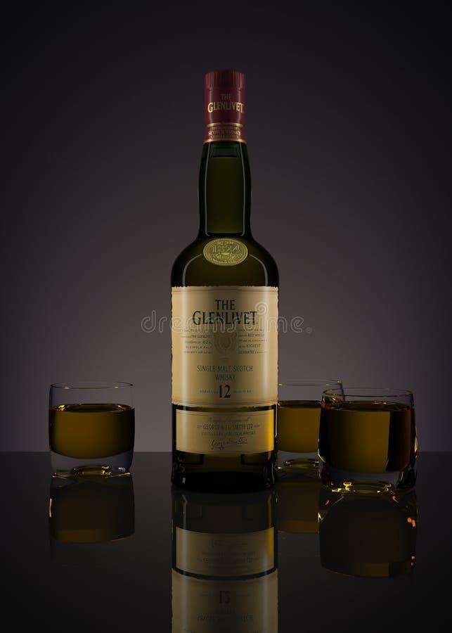 Виски Glenlivet 12 лет вызревания со стеклами заполненными с thi бесплатная иллюстрация