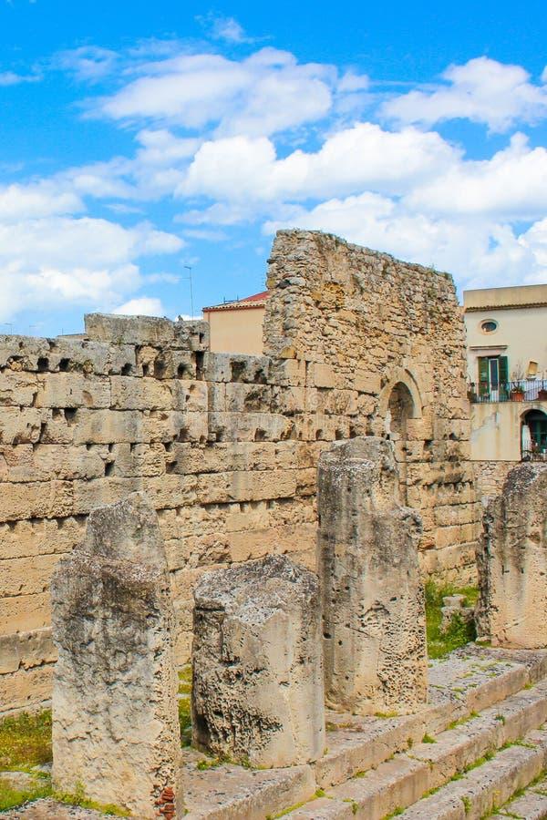 Висок Аполлона в острове Ortigia, Сиракузе, Сицилии, Италии Обмылки колоннады Руины древнегреческого, известные археологические р стоковое изображение rf