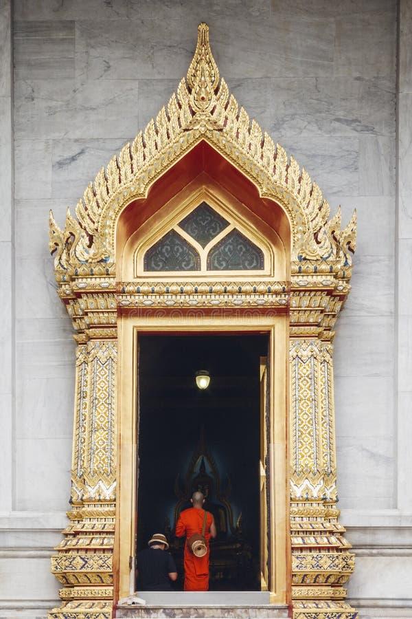 Висок буддийского монаха входя в на Wat Benchamabophit Dusitvanaram стоковая фотография