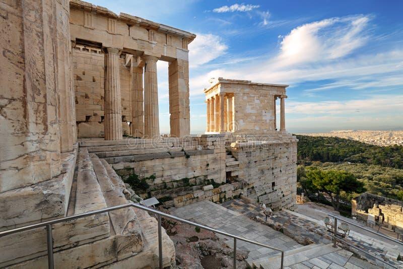 Висок ворот входа Propylaea Nike Афины старого губит акрополь Афина - Грецию, никто стоковое изображение rf