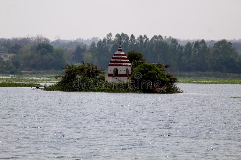 Висок в центре озера Dalpat Sagar стоковые изображения