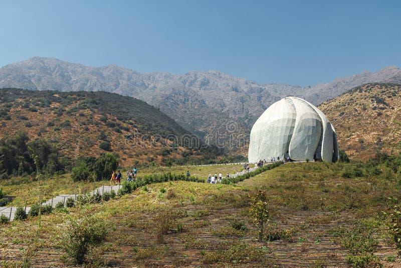 Висок молитвенного места Bahai и горы Анд - Сантьяго, Чили стоковые изображения rf