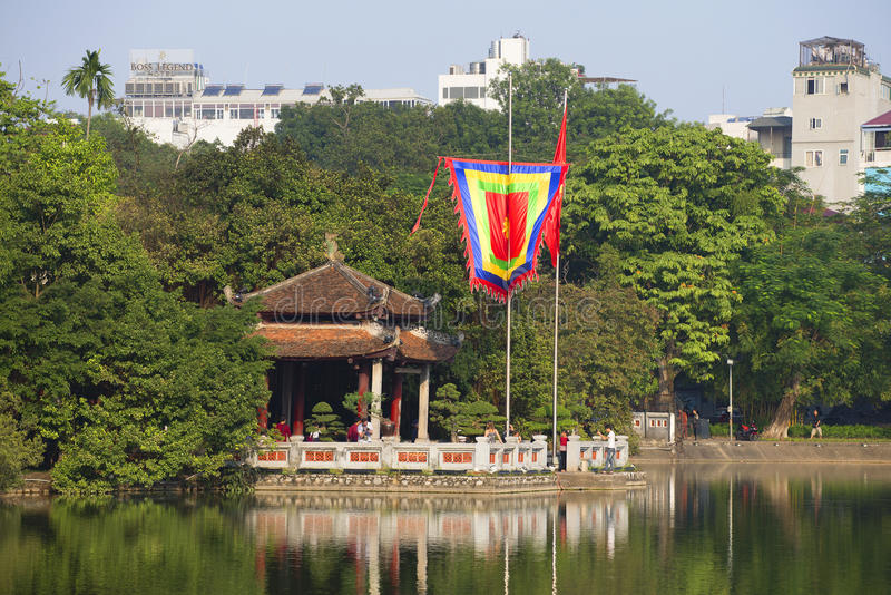 Висок нефрита на озере Hoan Kiem в историческом центре Ханоя Вьетнам стоковые фото