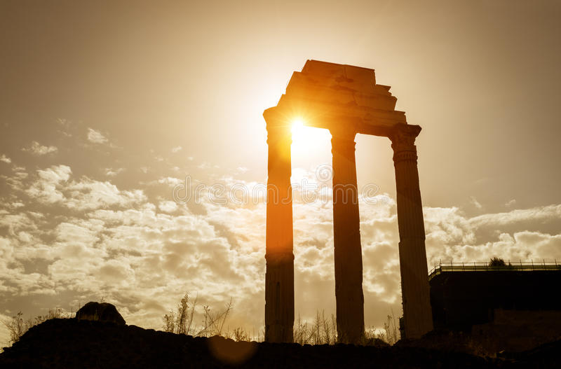 Висок рицинуса & Поллукса в римском форуме, Рима стоковые изображения