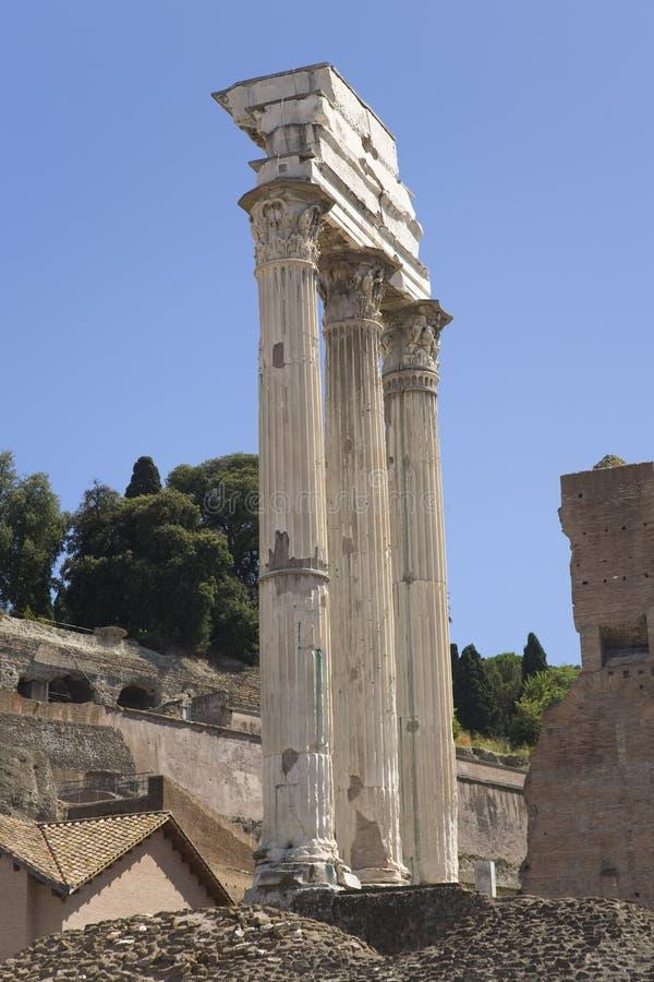 Висок рицинуса & Поллукса на римском форуме увиденном от капитолия, старых римских руинах, Риме, Италии, Европе стоковые фотографии rf