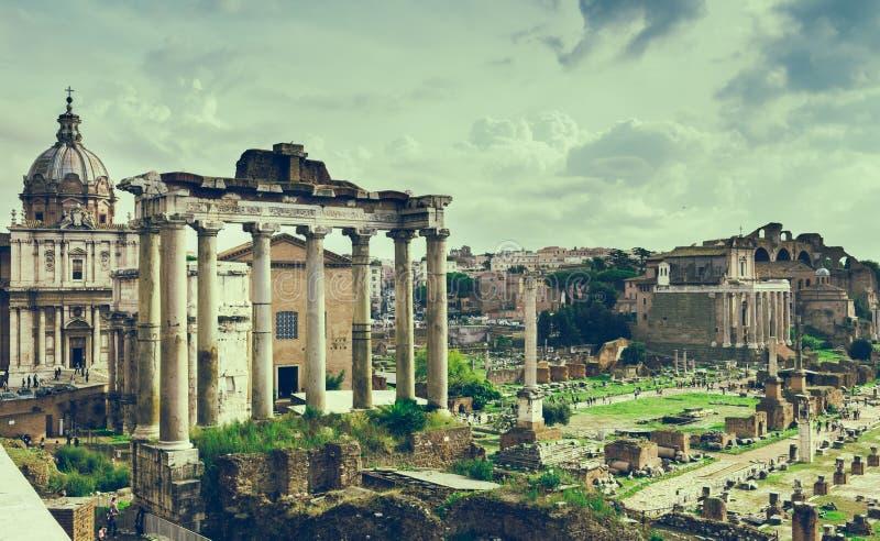 Висок Сатурна и форума Romanum в Риме стоковое изображение rf