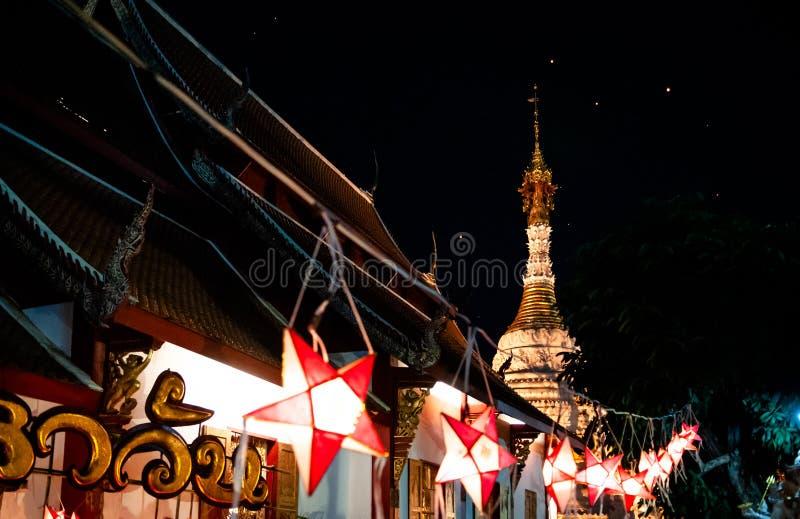 Висок стиля Чиангмая Lanna с фонариками Yi Peng в Loy Krath стоковое фото rf