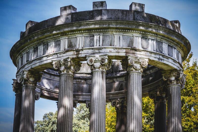 Висок, столбцы Греческ-стиля, коринфские столицы в парке стоковые изображения rf
