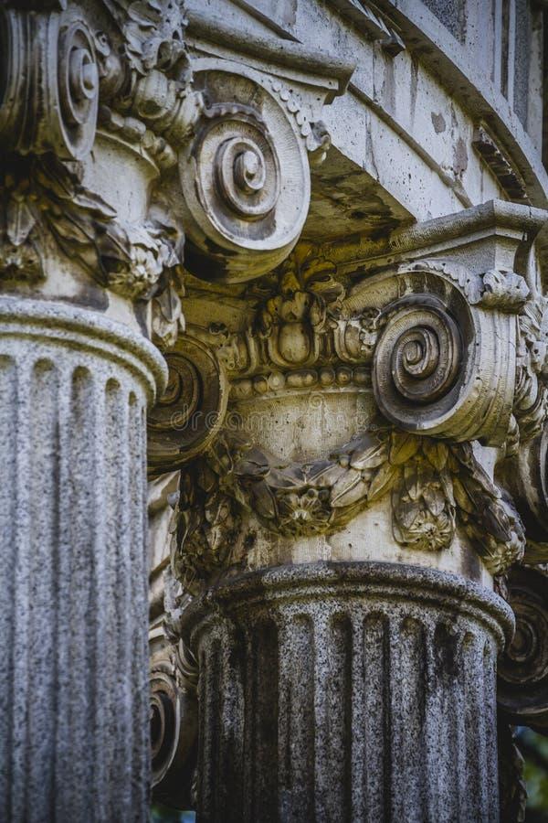 Висок, столбцы Греческ-стиля, коринфские столицы в парке стоковая фотография rf