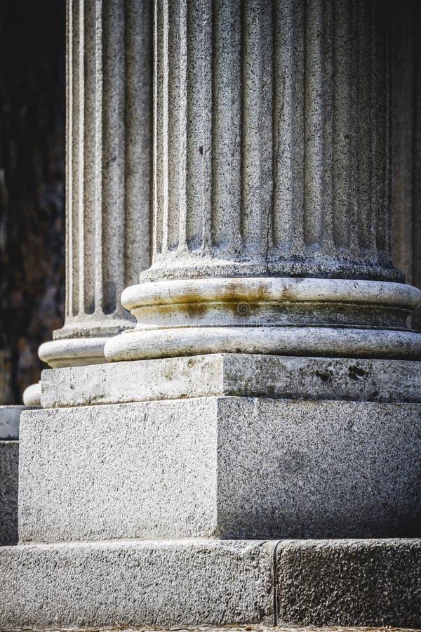 Висок, столбцы Греческ-стиля, коринфские столицы в парке стоковая фотография