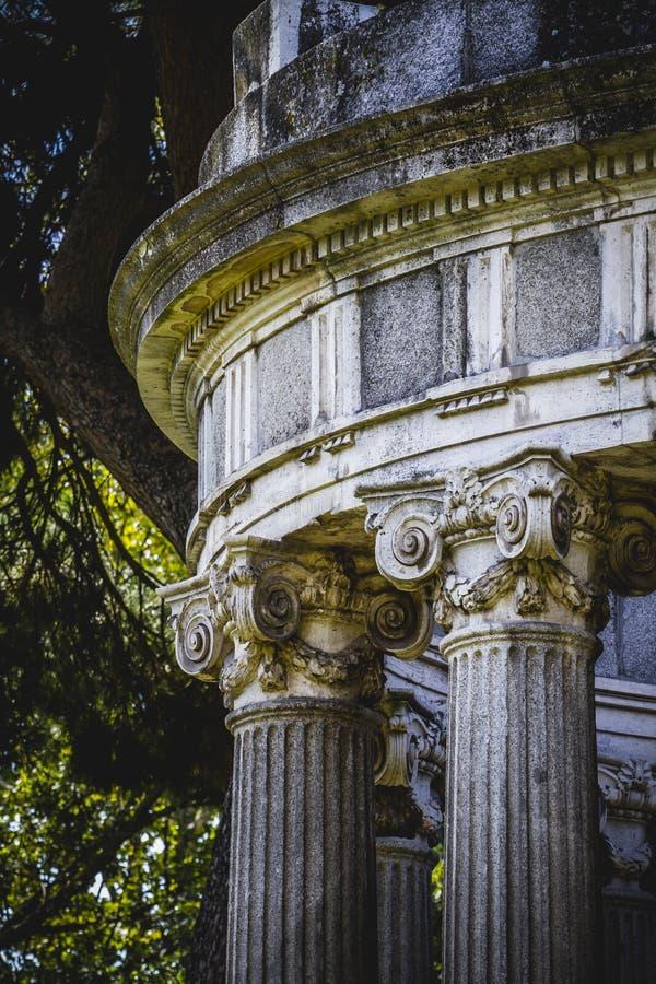 Висок, столбцы Греческ-стиля, коринфские столицы в парке стоковые изображения