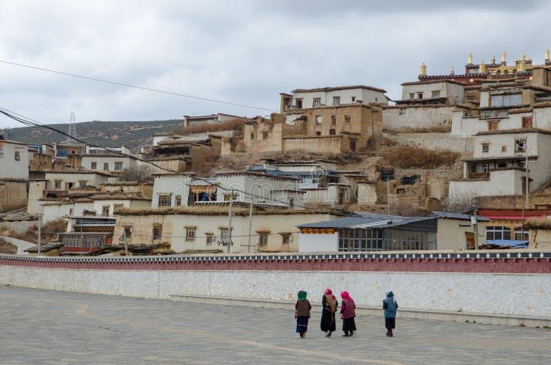 Висок тибетца лама Songzanlin прогулки людей внешний стоковая фотография rf