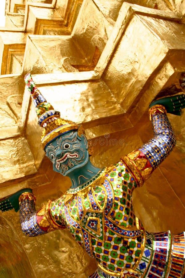висок удерживания золота bangkok искусства тайский стоковое фото