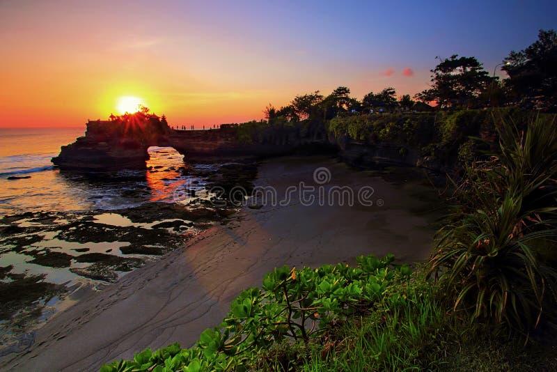 Висок bolong Batu в серии Бали tanah с красивым заходом солнца стоковые изображения