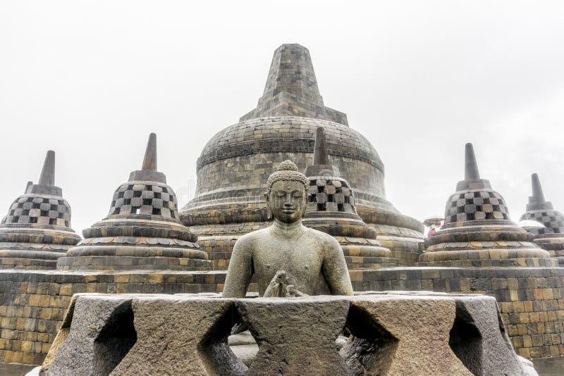 Висок Borobudur и статуя Yogyakarta Будды, Индонезия стоковые изображения rf