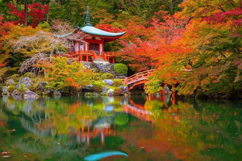 Висок Daigo-ji с красочными деревьями клена в осени, Киото стоковое изображение