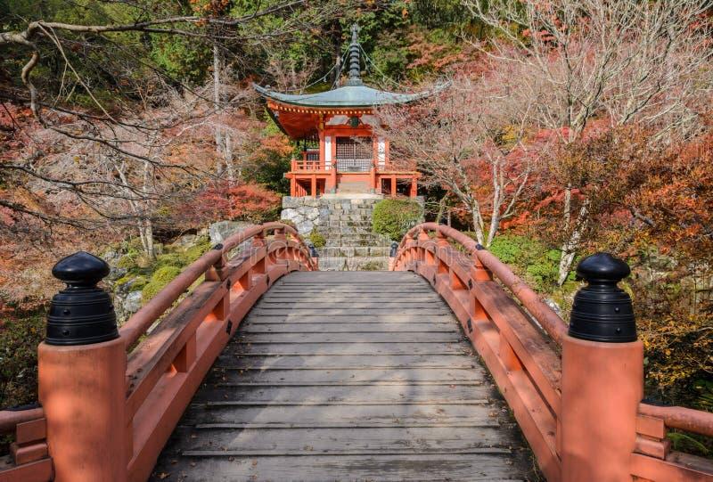 Висок Daigo-ji с цветом осени деревьев клена в Киото, Японии стоковые изображения rf