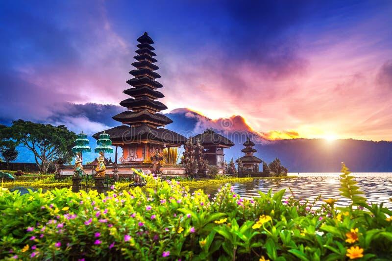 Висок danu ulun Pura bratan в Бали стоковые фотографии rf