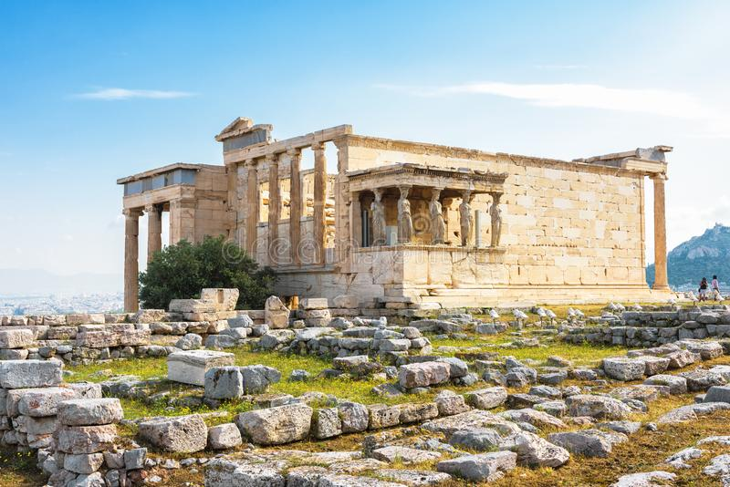 Висок Erechtheion с крылечком кариатиды на акрополе в Athen стоковое фото rf