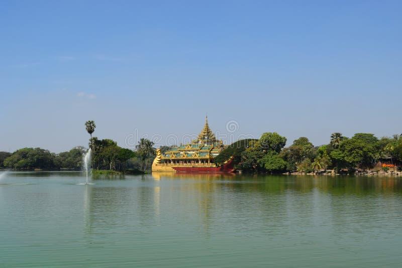 Висок Karaweik в озере Kandawgyi, Янгоне, Мьянме стоковые изображения rf