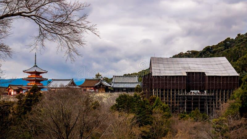 Висок Kiyomizu с главным зданием под ремонтами стоковые фото