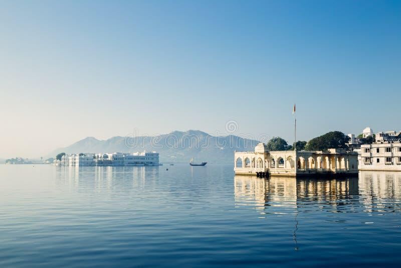 Висок Mohan и дворец озера Taj на озере Pichola в Udaipur, Индии стоковая фотография