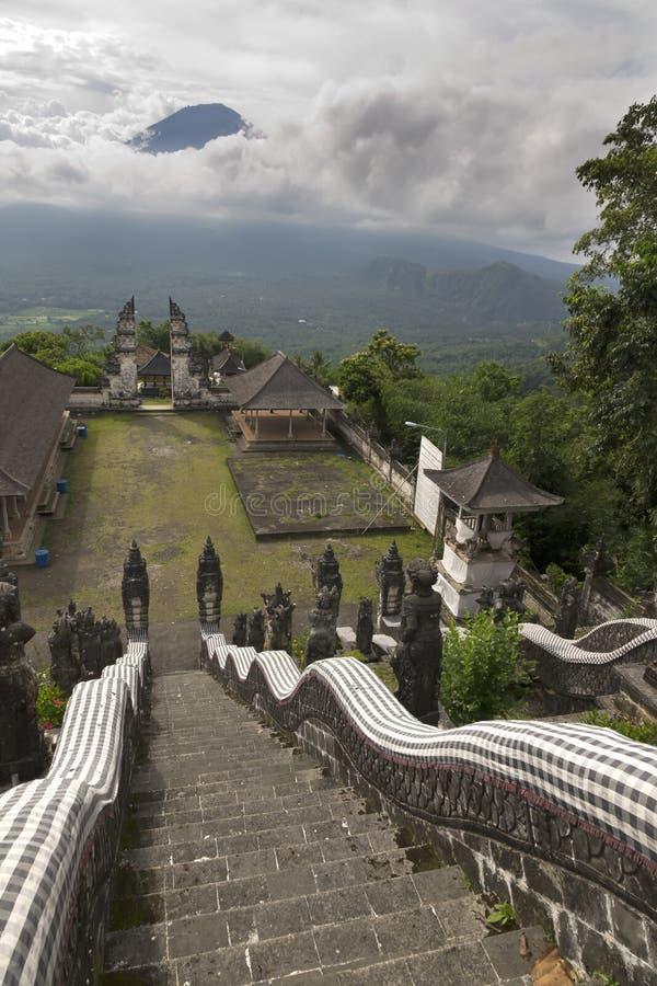 Висок Pura Lempuyang и взгляд вулкана Agung тюкованный Индонезия стоковые изображения