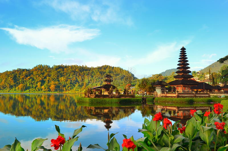 Висок Pura Ulun Danu на озере Beratan на Бали Индонезии стоковые изображения