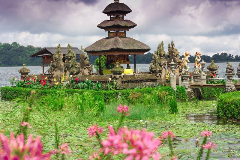 Висок Pura Ulun Danu на озере Beratan тюкованный стоковая фотография rf