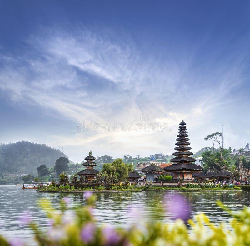 Висок Pura Ulun Danu Bratan в озере Bratan, известное назначение достопримечательности в острове Бали, Индонезии стоковая фотография