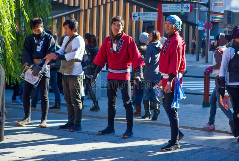 Висок Senso Ji в Токио Asakusa и людях продаж стоковые изображения