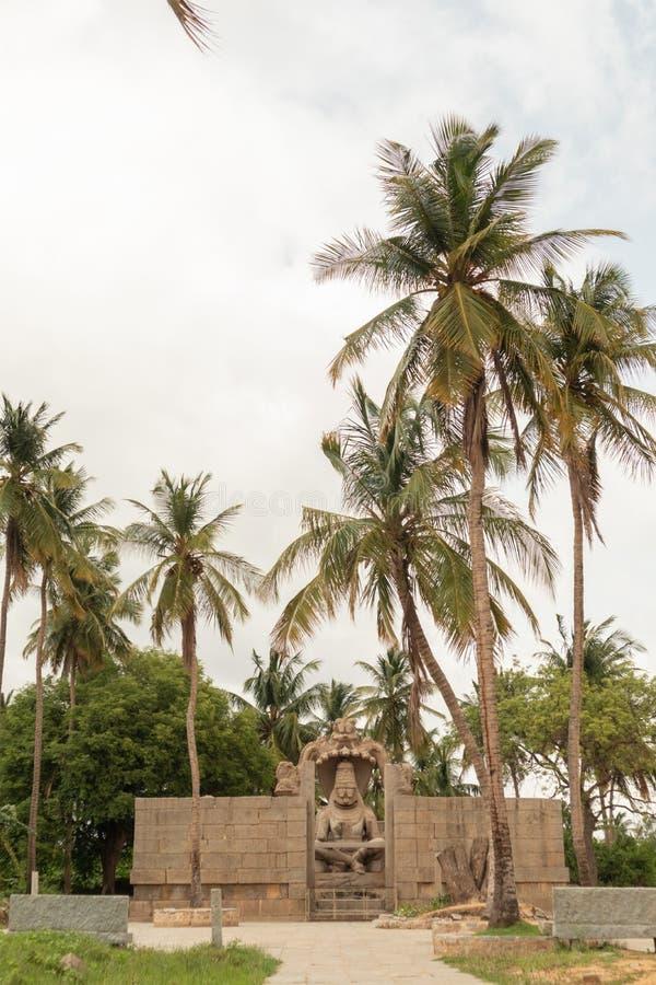 Висок Ugra Narsimha или Lakshmi Narsimha на Hampi Воплощение человек-льва лорда Vishnu - усаженного в положение йоги стоковое фото rf