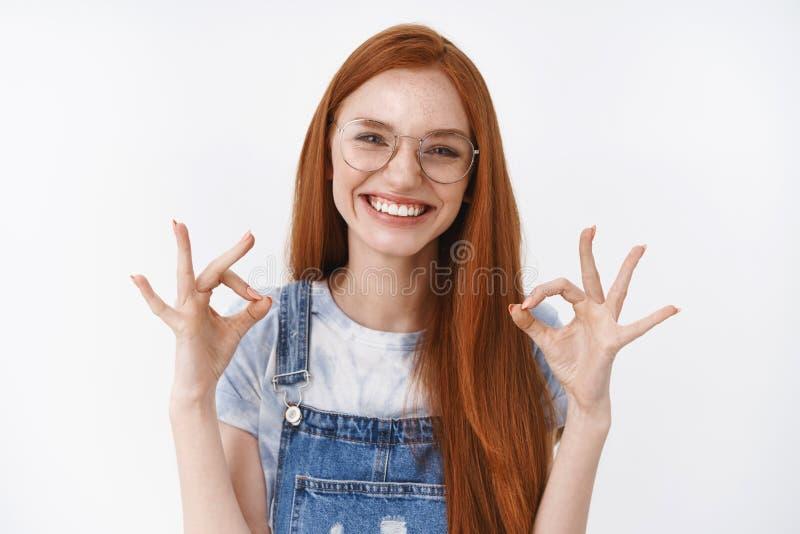 Вист-ап дружелюбная веселая счастливая рыжеволосая девушка шоу хорошо знак, смеясь довольный соглашаясь с идеей хорошо, дать поло стоковые фото