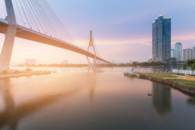 Висячий мост захода солнца пересекая реку Бангкока стоковая фотография rf