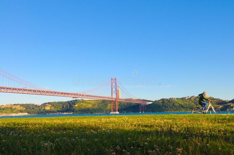 Висячий мост Лиссабона красный, внешняя тренировка, перемещение Португалия стоковое фото rf