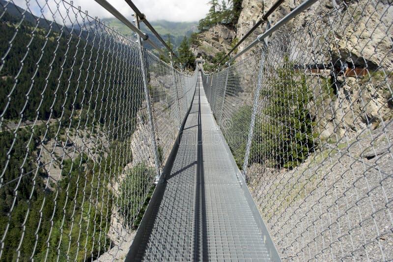 Висячий мост на горе стоковые изображения