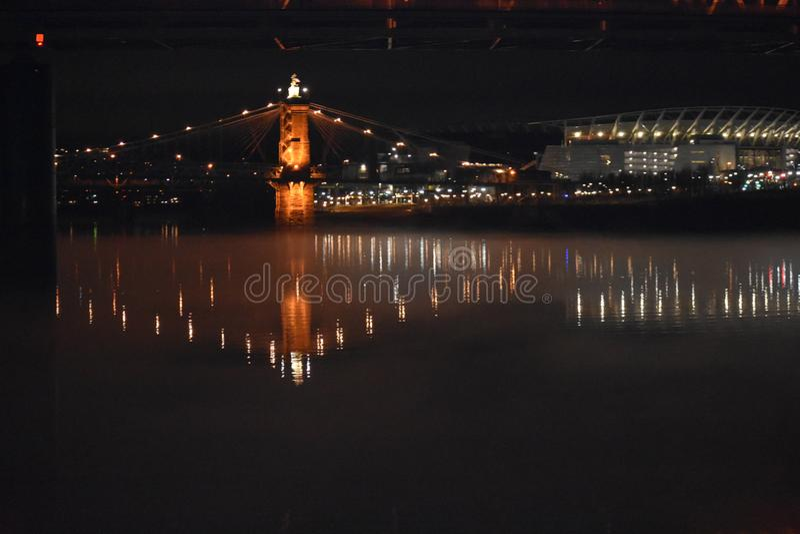 Висячий мост на туманной ноче стоковое фото rf