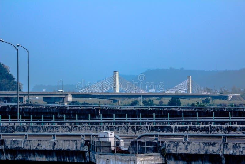 Висячий мост от расстояния стоковая фотография