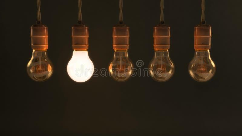 5 вися винтажных раскаленных добела электрических лампочек стоковое фото