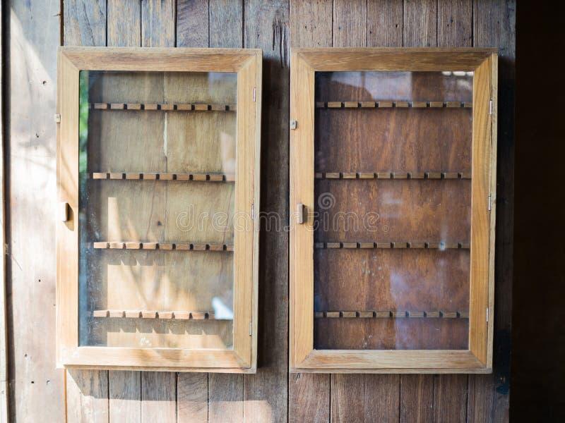 Вися деревянные кухонные шкафы, винтажная концепция стоковая фотография rf