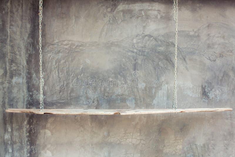 Вися деревянная полка стоковое фото