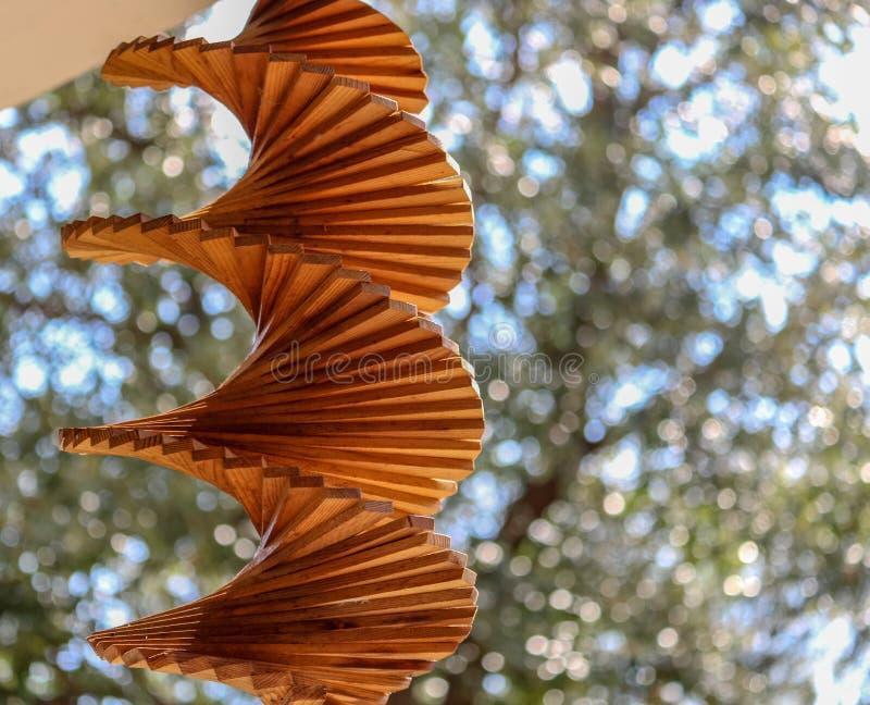 Вися закручивая перезвон ветра кедра стоковая фотография rf