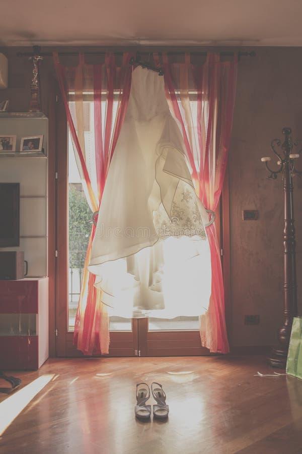 Вися костюм свадьбы стоковая фотография