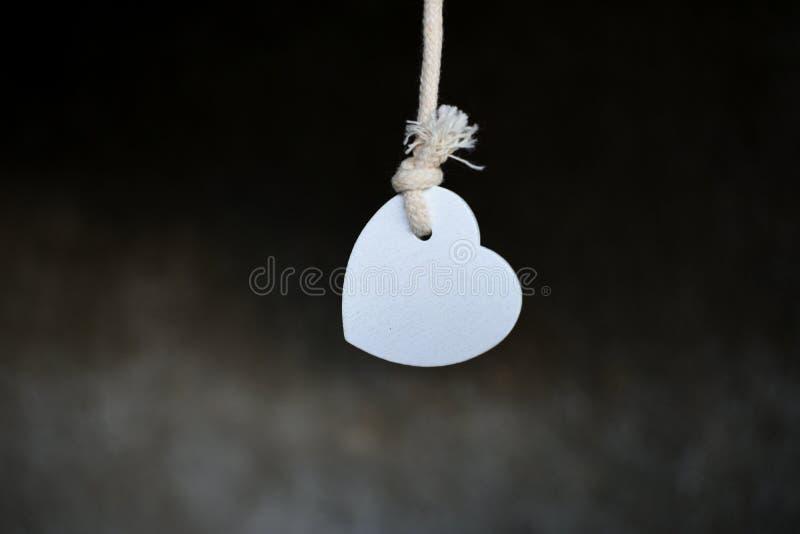 Вися тоска скорбы тоскливости сердца шнура веревочки исполнения стоковое фото rf