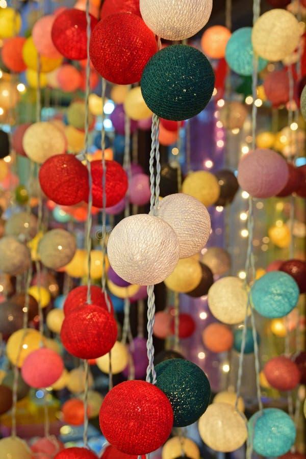 Вися яркое яркое красочное СИД шарика ткани шнурует света стоковые фото