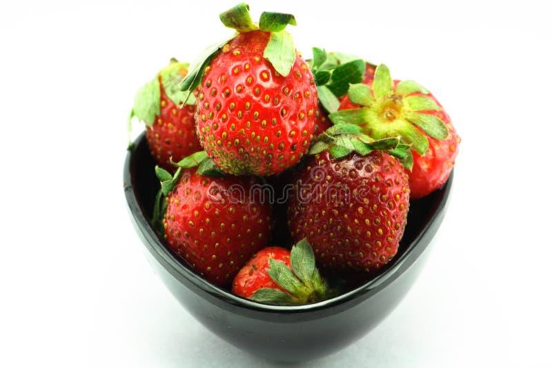 витамины клубник чашки свежие сочные стоковое фото