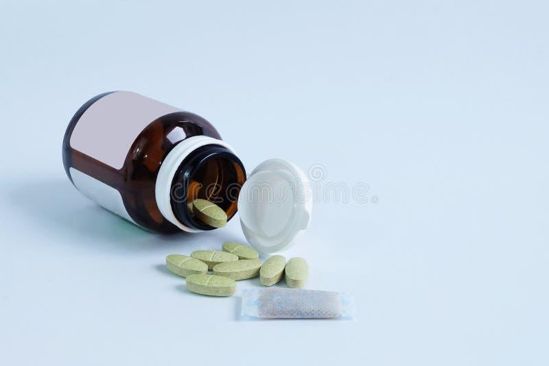 Витамин и бутылка и сухой осушитель стоковые фотографии rf